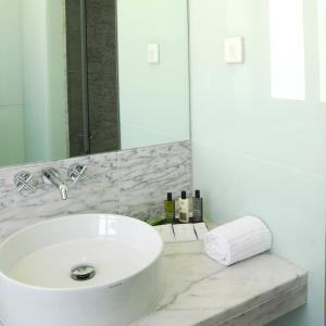 A bathroom at Hotel Jeronimos 8