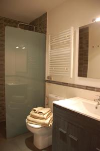 Un baño de Montseny Suites & Apartments