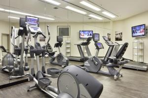 The fitness center and/or fitness facilities at Courtyard by Marriott Hannover Maschsee