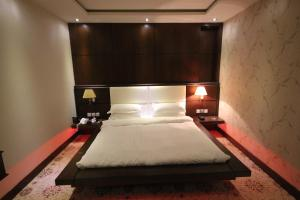 Cama ou camas em um quarto em Shagan Aparthotel