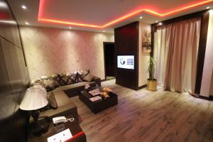 Uma TV ou centro de entretenimento em Shagan Aparthotel