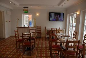 A restaurant or other place to eat at Balham Lodge