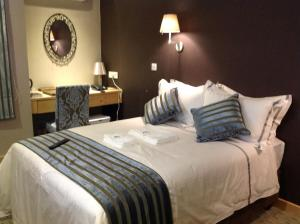 A bed or beds in a room at Aquarian Tide Hotel 蓝汐酒店