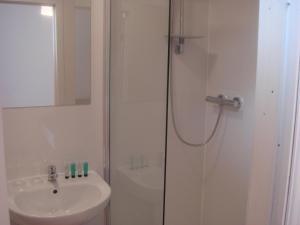 A bathroom at Scotia Airport Hotel
