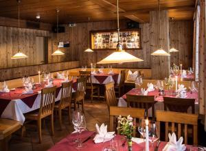 Ein Restaurant oder anderes Speiselokal in der Unterkunft Dorfgasthof Adler