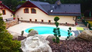 Bazén v ubytování Zámeček Kaliště nebo v jeho okolí