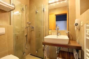A bathroom at Alpenhotel Landhaus Küchl