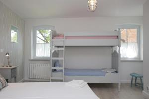 Łóżko lub łóżka piętrowe w pokoju w obiekcie Pałac i Folwark Brzeźnica