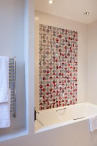 A bathroom at Hôtel Aiglon