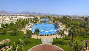 Uitzicht op het zwembad bij Hilton Sharks Bay Resort of in de buurt