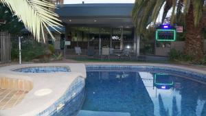 The swimming pool at or near Golden Leaf Motel