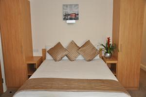 Säng eller sängar i ett rum på Queens Hotel
