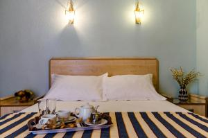 A bed or beds in a room at Hotel Mediterráneo