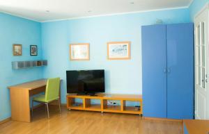 Телевизор и/или развлекательный центр в RedSquare Lux Apartament