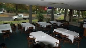 A restaurant or other place to eat at Golden Leaf Motel
