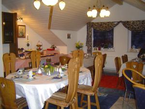 Ein Restaurant oder anderes Speiselokal in der Unterkunft Landhotel Mühlberg
