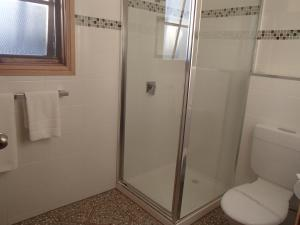 A bathroom at City Colonial Motor Inn