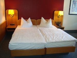 A bed or beds in a room at Hotel-Restaurant Handelshof