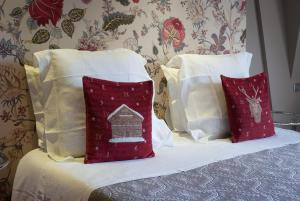 A bed or beds in a room at Peonia at Home - Maison d'hôtes d'exception