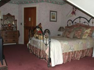A bed or beds in a room at Robin's Nest Bed & Breakfast
