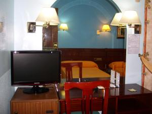 A television and/or entertainment center at Hostal Centro Sol