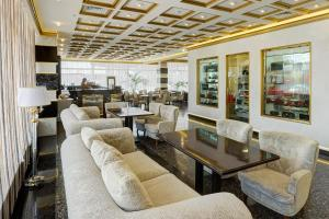 The lounge or bar area at Hotel Salut