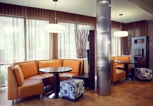 A seating area at Courtyard by Marriott Gatlinburg Downtown