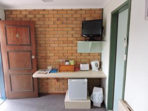 A bathroom at Pacific Motor Inn