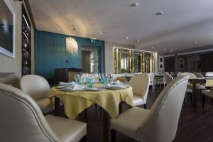 A restaurant or other place to eat at Josefa D`Obidos Hotel