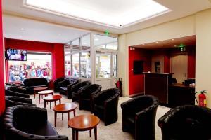 The lounge or bar area at Hôtel Saint Etienne