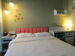 A bed or beds in a room at Kam Leng Hotel (SG Clean)