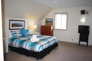 A bed or beds in a room at Albury Suites - Schubach Street