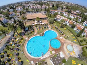 Een luchtfoto van Rocha Brava Village Resort