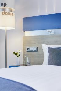 Een bed of bedden in een kamer bij IntercityHotel Enschede