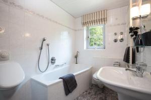A bathroom at Der Landhof