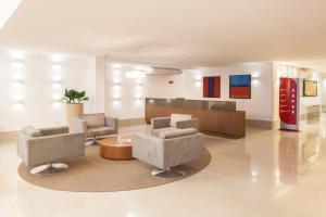 A seating area at Ramada Hotel & Suites Campos Pelinca