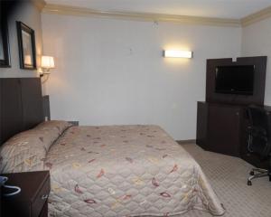 Кровать или кровати в номере Skyview Motel