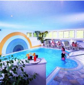 Der Swimmingpool an oder in der Nähe von Hotel Edelweiss