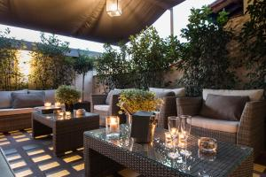 A restaurant or other place to eat at Tornabuoni Suites Collection Residenza D'Epoca