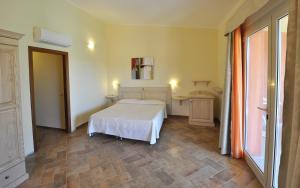 A bed or beds in a room at Affittacamere B&B La Villa dei Graniti