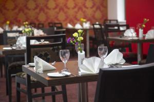 A restaurant or other place to eat at Ramada Cambridge