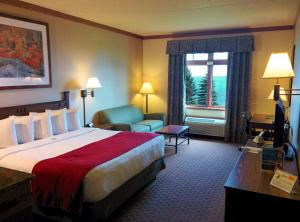 A bed or beds in a room at Canal Park Lodge