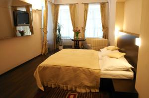 A bed or beds in a room at Hotel Zlaty Dukat