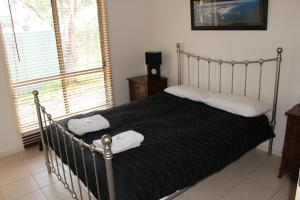 A bed or beds in a room at Shiraz Cottage