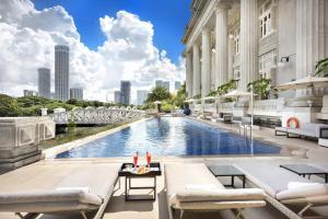 Der Swimmingpool an oder in der Nähe von The Fullerton Hotel Singapore (SG Clean, Staycation Approved)