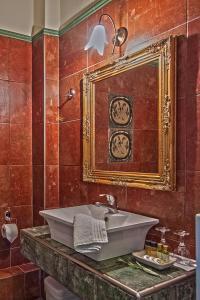 A bathroom at Hotel Doupiani House