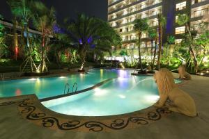 The swimming pool at or close to Ijen Suites Resort & Convention