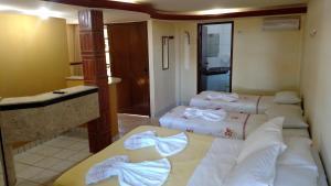 Cama ou camas em um quarto em Pousada Zekas