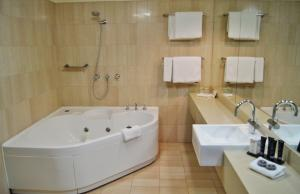 A bathroom at Mantra Pavilion Hotel Wagga