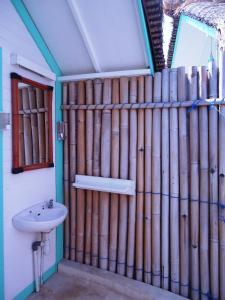 A bathroom at Le Pirate Beach Club Nusa Ceningan